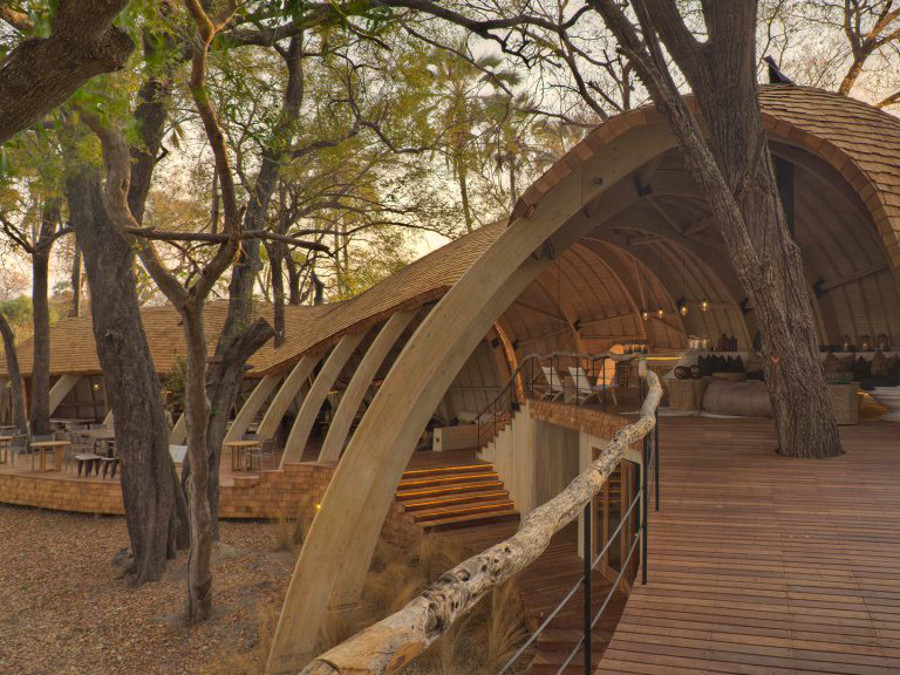 serene-architectural-design-Dining-at-sandibe-on-a-luxury-botswana-safari-overlooking-the-okavango-delta-1024x576